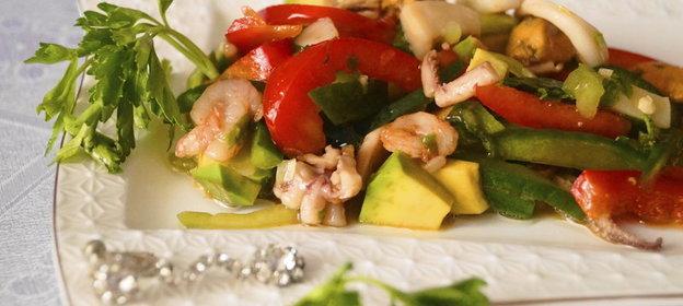 Салат с морским коктейлем простой рецепт