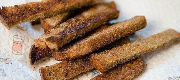 Как сделать сухарики из черного хлеба на сковороде